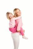 Retrato de la madre y de la hija de abarcamiento felices Foto de archivo