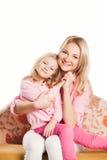 Retrato de la madre y de la hija de abarcamiento felices Foto de archivo libre de regalías
