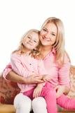Retrato de la madre y de la hija de abarcamiento felices Fotos de archivo