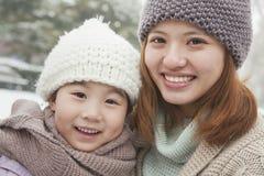 Retrato de la madre y de la hija en invierno Foto de archivo