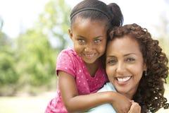 Retrato de la madre y de la hija en parque Imagen de archivo libre de regalías