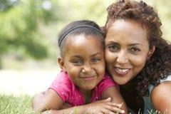 Retrato de la madre y de la hija en parque foto de archivo libre de regalías