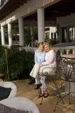 Retrato de la madre y de la hija en patio Imagen de archivo libre de regalías
