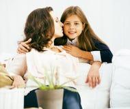 Retrato de la madre y de la hija jovenes sonrientes en casa, fam feliz Fotografía de archivo
