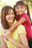 Retrato de la madre y de la hija junto en parque Fotografía de archivo libre de regalías