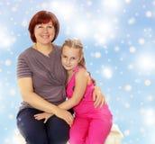 Retrato de la madre y de la pequeña hija 7 años Imagen de archivo