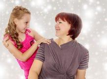 Retrato de la madre y de la pequeña hija 7 años Foto de archivo