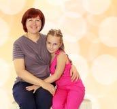 Retrato de la madre y de la pequeña hija 7 años Fotos de archivo libres de regalías