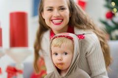Retrato de la madre y del bebé en la Navidad Fotografía de archivo libre de regalías