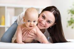 Retrato de la madre y del bebé felices Fotos de archivo libres de regalías