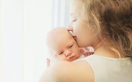 Retrato de la madre y del bebé felices junto Foto de archivo libre de regalías