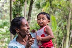 Retrato de la madre y del bebé jovenes en Sri Lanka Imagen de archivo