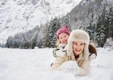 Retrato de la madre y del niño sonrientes que juegan al aire libre Imagenes de archivo