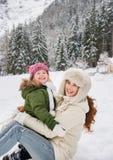 Retrato de la madre y del niño sonrientes que juegan al aire libre Imagen de archivo libre de regalías