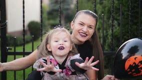Retrato de la madre y de la pequeña hija linda Celebran Halloween juntos almacen de metraje de vídeo
