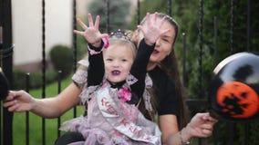Retrato de la madre y de la peque?a hija linda Celebran Halloween juntos almacen de video