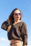 Retrato de la manera de la alta manera look muchacha rubia joven hermosa atractiva elegante del encanto en ropa casual y vidrios  Foto de archivo