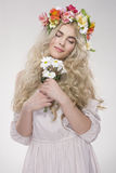 Retrato de la manera de la belleza Mujer hermosa con el pelo rizado, maquillaje Fotos de archivo