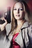 Retrato de la manera de la mujer atractiva con el arma Foto de archivo libre de regalías