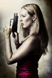 Retrato de la manera de la mujer atractiva con el arma Foto de archivo