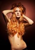 Retrato de la manera de la mujer joven del redhead sensual Foto de archivo libre de regalías