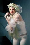 Retrato de la manera de una mujer en sombrero Foto de archivo