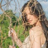 Retrato de la manera de la mujer atractiva Salón de belleza y peluquero Muchacha linda alegre al aire libre Muchacha bonita con m fotos de archivo