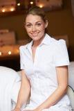 Retrato de la masajista de sexo femenino At Health Spa Foto de archivo