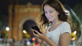 Retrato de la mensajería de la mujer joven en smartphone almacen de video