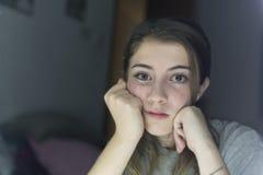 Retrato de la mirada adolescente en un espejo Imagen de archivo
