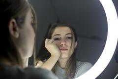 Retrato de la mirada adolescente en un espejo Imágenes de archivo libres de regalías