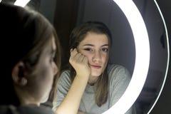 Retrato de la mirada adolescente en un espejo Imagen de archivo libre de regalías