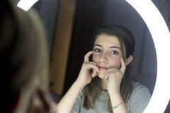 Retrato de la mirada adolescente en un espejo Fotografía de archivo