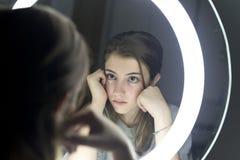 Retrato de la mirada adolescente en un espejo Fotografía de archivo libre de regalías