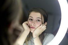 Retrato de la mirada adolescente en un espejo Foto de archivo libre de regalías