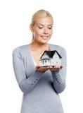retrato de la Mitad-longitud de la hembra con la casa modelo foto de archivo libre de regalías