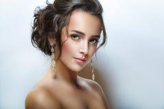 Retrato de la moda de la belleza de la muchacha hermosa joven Maquillaje hermoso de la tarde, hombros abiertos, piel perfecta y p Imagenes de archivo