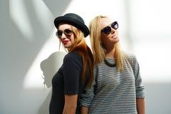 Retrato de la moda de dos amigos femeninos Imágenes de archivo libres de regalías