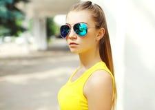 Retrato de la moda de la chica joven que lleva las gafas de sol Fotografía de archivo libre de regalías