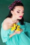 Retrato de la moda de la muchacha con las flores púrpuras Imagen de archivo libre de regalías