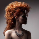Retrato de la moda de la mujer de lujo con joyería. Fotografía de archivo