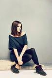Retrato de la moda de la mujer joven en vestido informe Fotografía de archivo libre de regalías