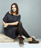 Retrato de la moda de la mujer joven en vestido informe Imagenes de archivo