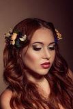 Retrato de la moda de la mujer pelirroja Elementos florales Fotografía de archivo