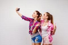 Retrato de la moda de la presentación de dos amigos Forma de vida moderna Dos mejores amigos atractivos elegantes de las muchacha Fotografía de archivo