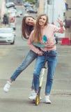 Retrato de la moda del color de la calle atractiva hermosa Fotografía de archivo libre de regalías