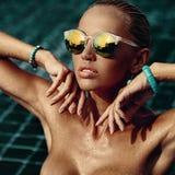 Retrato de la moda del estilo de Vogue de la mujer desnuda hermosa en agua - fotos de archivo