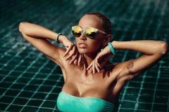 Retrato de la moda del estilo de Vogue de la mujer elegante hermosa en agua - fotos de archivo libres de regalías