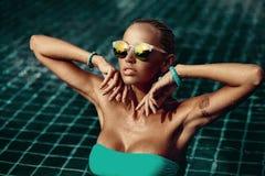 Retrato de la moda del estilo de Vogue de la mujer elegante hermosa en agua - fotos de archivo