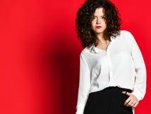 Retrato de la moda del estilo del negocio de la mujer joven imagen de archivo